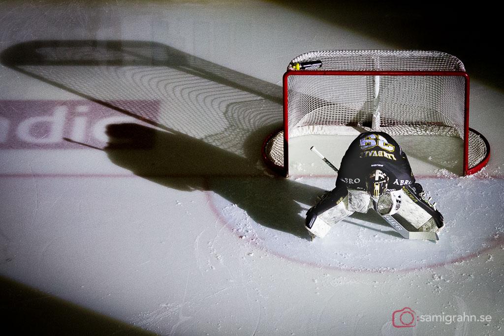 AIK:s målvakt Gustav Lindwall laddar i kassen