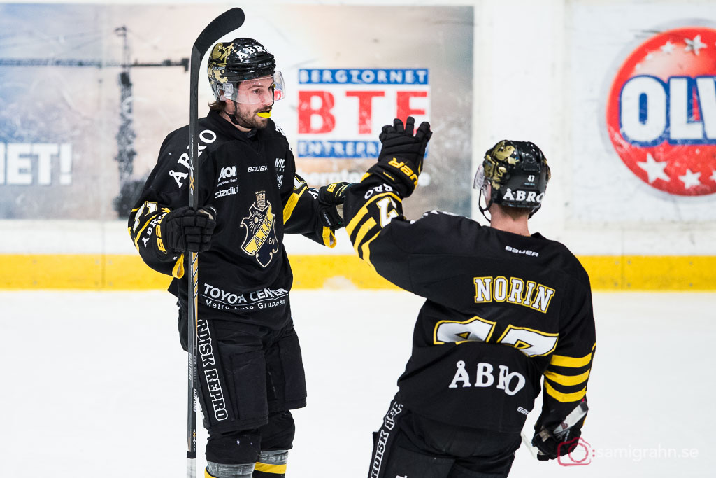 AIK:s målskytt Daniel Olsson Trkulja gratuleras av Eric Norin