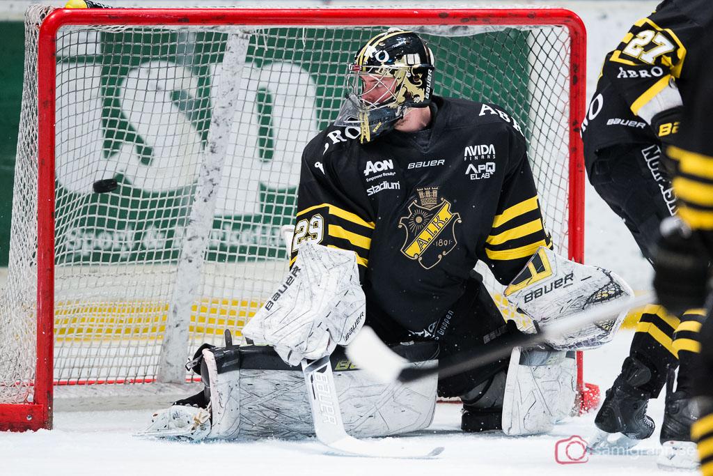 AIK:s målvakt Gustav Lindwall ser pucken i nätmaskorna