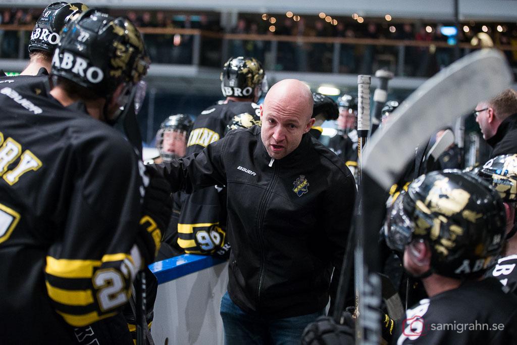 AIK tränare Michael Nylander talar spelarna tillrätta under timeout vid läge 2-2
