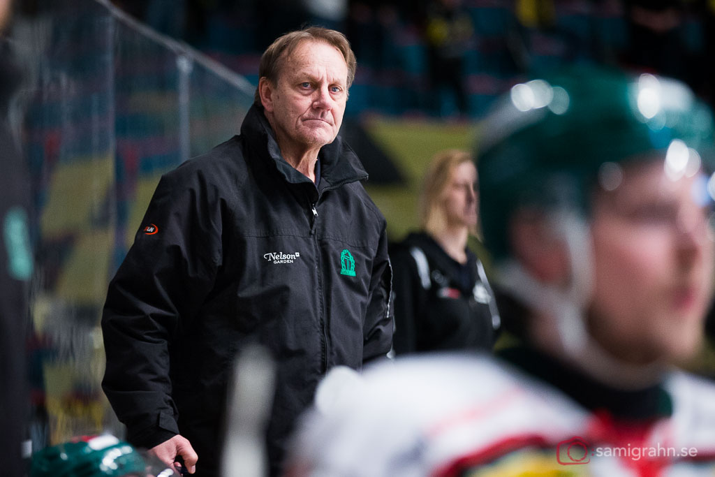 Tingsryd tränare Martin Karlsson ser bistert på från båset