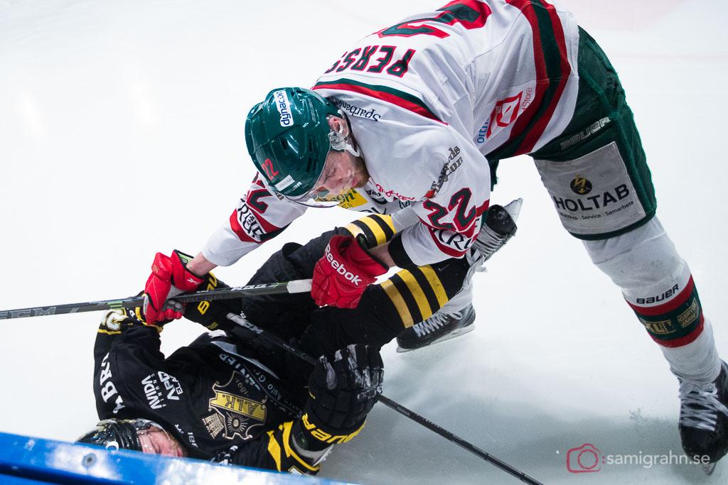 Tingsryd Markus Persson trycker ned AIK Christian Sandberg på isen