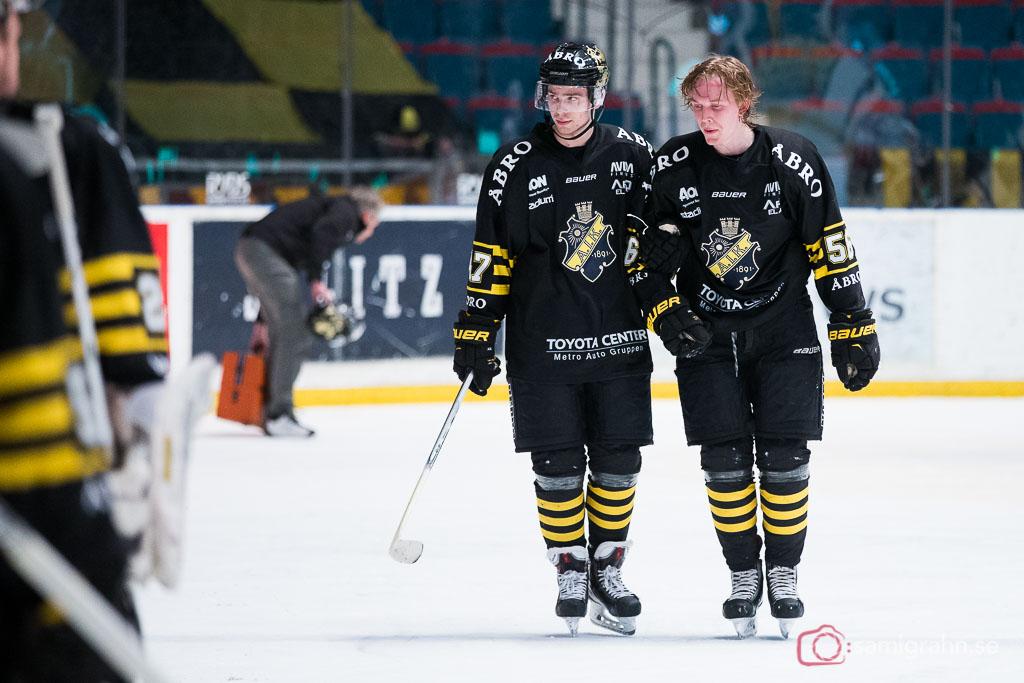 AIK Dennis Nordström leds av isen efter att ha blivit tacklad med huvudet före in i sargen