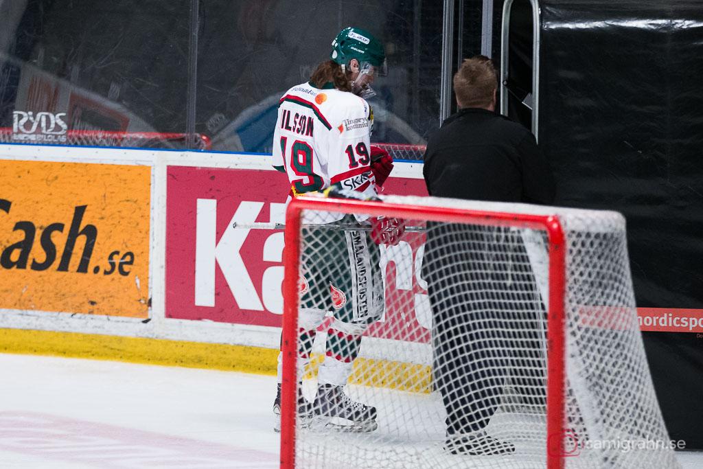 Tingsryd Patrik Nilsson lämnar isen efter att ha fått matchstraff