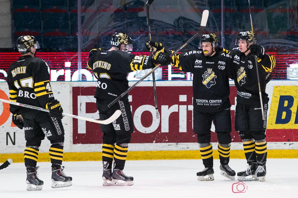 Målskytten Daniel Olsson Trkulja gratuleras av bland andra Fredrik Hynning