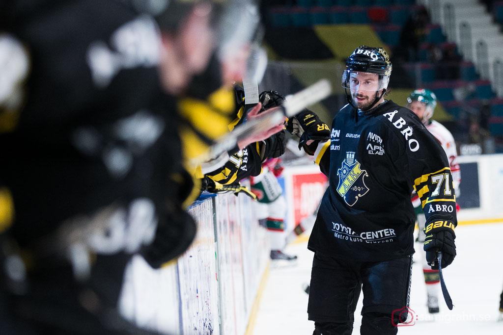 Målskytten Daniel Olsson Trkulja gratuleras av lagkamrater
