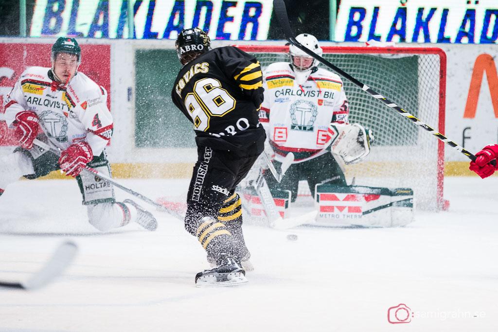 AIK Robin Kovács drar iväg ett skott mot en blundande Tingsryd målvakt Andreas Hörberg, som lyckas rädda