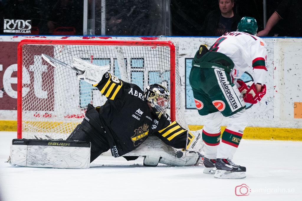Tingsryd Dave Lindarv lyckas inte överlista AIK målvakt Gustav Lindwall som räddar straffen