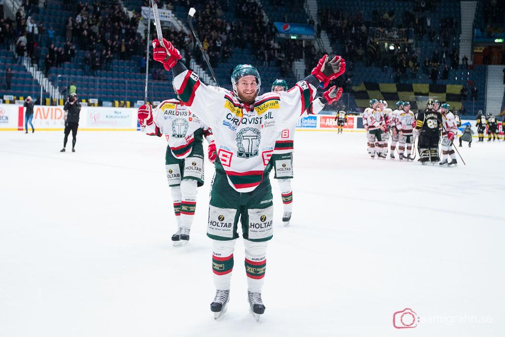 Tingsryd Niklas Johansson sträcker armarna i luften efter avancemang till HockeyAllsvenskan