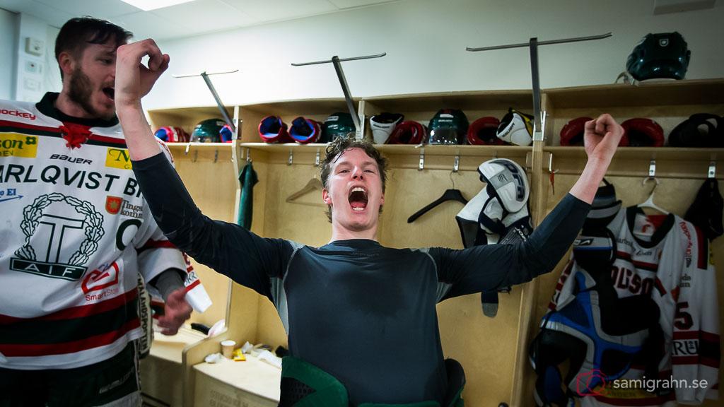 Tingsryd Linus Olsson jublar i omklädningsrummet efter avancemang till HockeyAllsvenskan